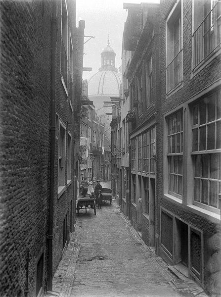 File:Smaksteeg, met op achtergrond de Ronde Lutherse Kerk - Amsterdam - 20020969 - RCE.jpg