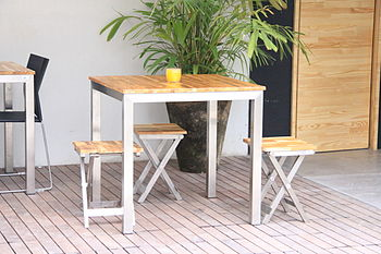 English: Stainless steel table with eucalyptus...