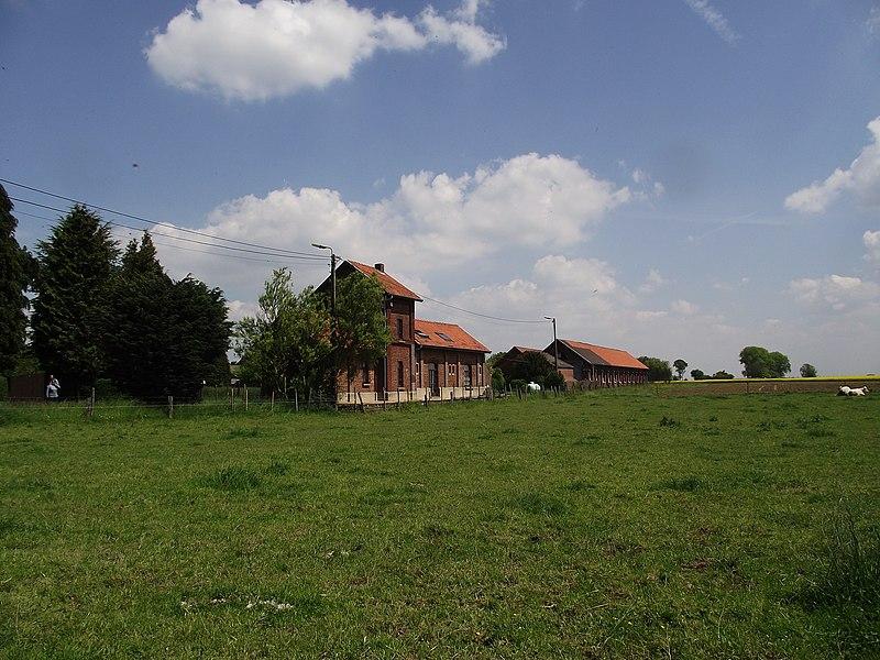 De vroegere stelplaats en station van de buurtspoorwegen in Sart-Risbart. De stationsgebouwen zijn nu bewoond en privé eigendom.