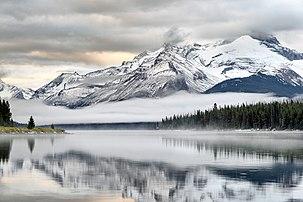 Lever de soleil sur le lac Maligne, dans le parc national de Jasper au Canada. (définition réelle 7360×4912)