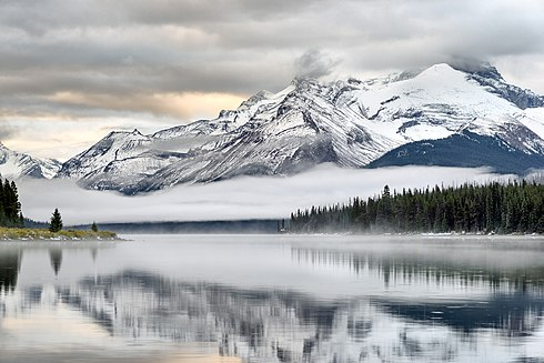 Sunrise at Maligne lake.jpg