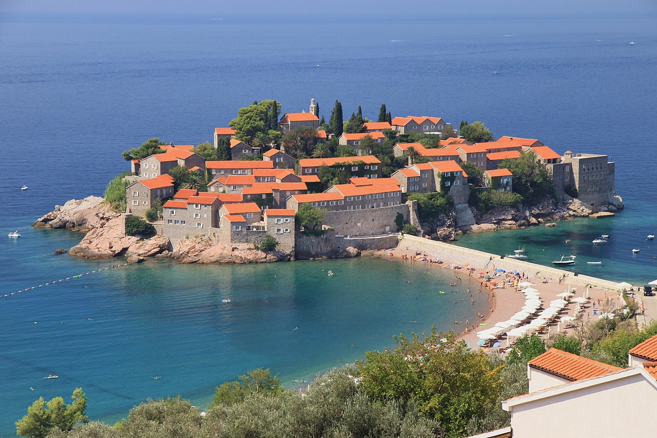https://upload.wikimedia.org/wikipedia/commons/thumb/0/03/Sveti_Stefan_%2804%29.jpg/1280px-Sveti_Stefan_%2804%29.jpg