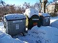 Třebeš, Zámeček, kontejnery na tříděný odpad.jpg