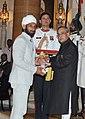 The President, Shri Pranab Mukherjee presenting the Padma Shri Award to Shri Sardar Singh, at a Civil Investiture Ceremony, at Rashtrapati Bhavan, in New Delhi on March 30, 2015.jpg