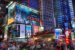 Photo de Time Square avec un grand nombre d'affiches lumineuses.