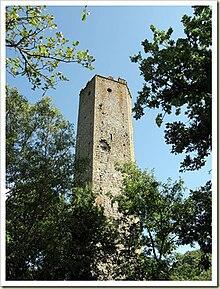 Una alta e stretta torre di pietra.