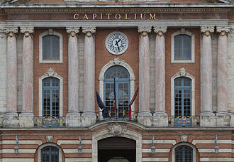 Toulouse and Montauban shootings - Mourning flags of the European Union, France and Midi-Pyrénées on the Capitole de Toulouse after the attacks.