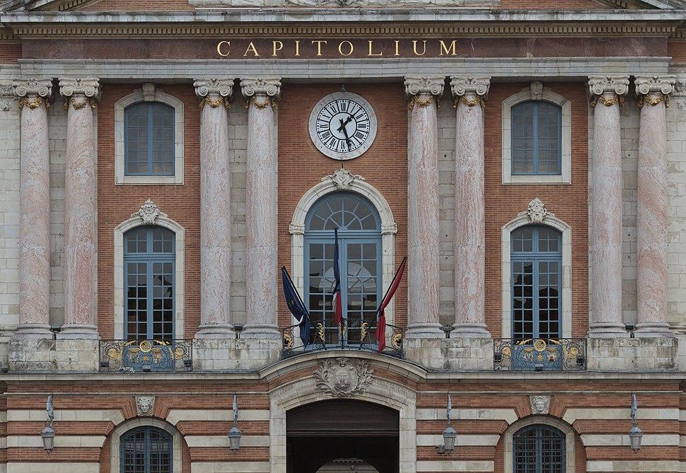Toulouse - Drapeaux en bernes place du Capitole - 2012-03-22