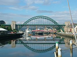 De rivier de Tyne, overspannen in Newcastle door onder andere de Tyne Bridge