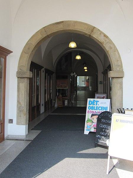 File:Uherské Hradiště, hotel Slunce, portál.jpg