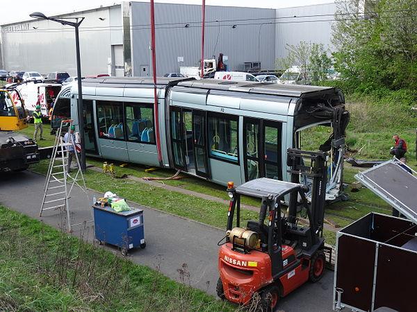 Valenciennes & Anzin - Déraillement de la rame de tramway n° 17 à la sortie du dépôt de Saint-Waast le 11 avril 2014 (059).JPG