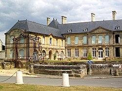Villers-sous-Saint-Leu (60), château-mairie, rue de l'Église.jpg