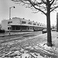 Voorzijde van aantal witgestucte woningen met balkon en afgeronde hoek, boom op de voorgrond - Rotterdam - 20400982 - RCE.jpg