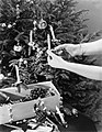 Vrouw versiert Kerstboom met kaarsjes, Bestanddeelnr 252-0951.jpg