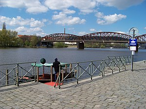 Vyšehrad, přístaviště Výtoň, přívoz P5, člun Rákosníček a železniční most.jpg