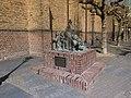 Willich - Skulptur der Sekes-Männekes an der Kirche St. Katharina - panoramio.jpg