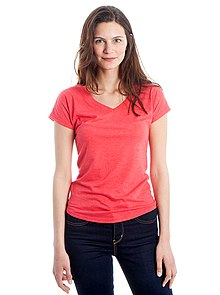 A woman wearing a pink v-neck t-shirt e41499143