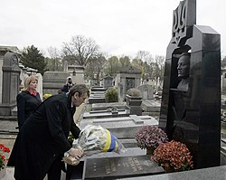 Ukrainian President Victor Yushchenko and his wife laying flowers at Symon Petlura's grave in Paris 2005