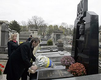 Symon Petliura - Ukrainian President Victor Yushchenko and his wife laying flowers at Symon Petliura's grave in Paris, 2005