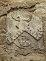 Zamek Lipowiec - dobrze zachowane herby na ścianach dziedzińca pałacowego.JPG