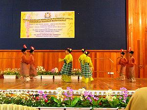 Zapin - Schoolchildren performing Zapin in Batu Pahat.
