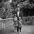 Zet in vnukinji Štrajnovih, pražnje oblečeni, Mačkovlje 1967.jpg