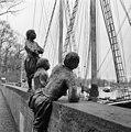 Zijaanzicht van beeldengroep scheepsjongens van Bontekoe. - Hoorn - 20116698 - RCE.jpg