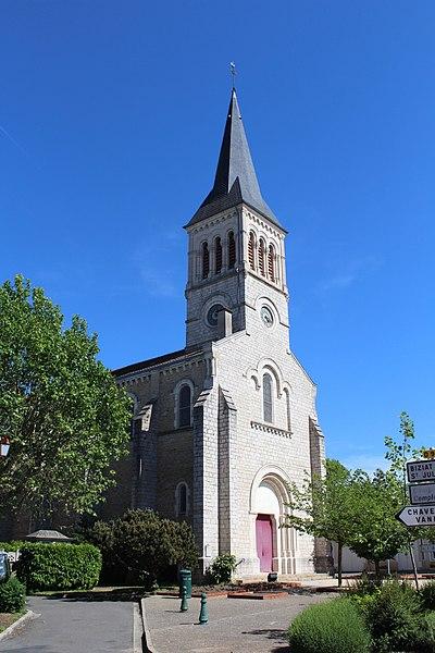 Vue sur l'église paroissiale de Vonnas depuis l'intersection entre la rue du Docteur Perret et la rue Eugène Dubois.