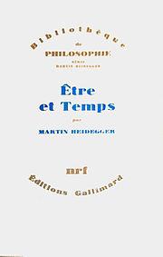 Couverture d'un livre. «Bibliothèque de philosophie - illisible - Être et Temps - Martin Heidegger - NRF - édition Gallimard». Sur un fond blanc, au centre de deux zones écrites arc de cercle ocre se détache le titre en bleu