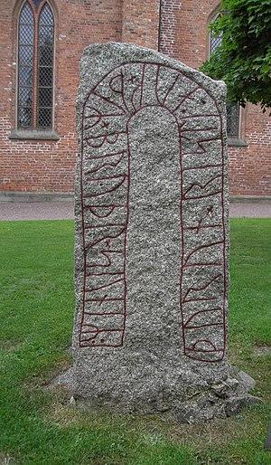 Östergötland Runic Inscription 165 - Image: Ög 165 Runsten vid Vårfrukyrkan, Skänninge