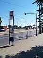 Černokostelecká, modrý sloupek a tramvajová smyčka.jpg