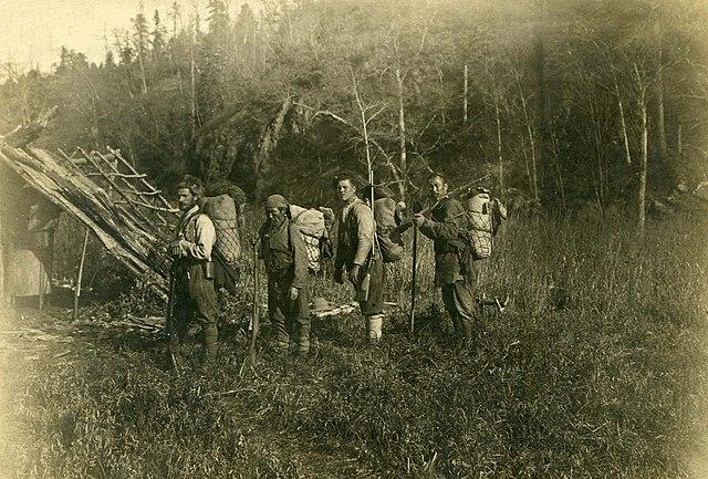 Владимир Арсеньев, Дерсу Узала, неопознанный солдат и Чжан-Бао (слева направо) в походе по бассейну реки Такема, 1907 год