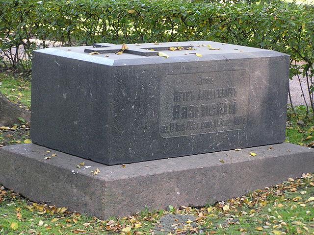 Надгробие на Тихвинском кладбище Александро-Невской лавры