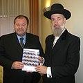 שר הדואר הסלובני מעניק את טבלת הבולים לידי הרב הראשי לישראל (cropped).jpg