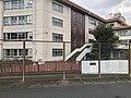 川崎市立長尾小学校 南門(正門)から見た校舎の写真.jpg