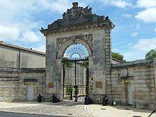 220px-079_-_Porte_de_la_pr%C3%A9fecture_maritime_-_Rochefort