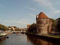 2006-09-14 15.12 Zwolle, toren bij oude stadsmuur met vliet en brug.JPG