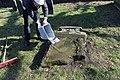 2015-02-17 Alter St.-Nikolai-Friedhof (Hannover), Reinigung Grabmal Jean Joseph La Croix (Fred Jaugstetter und Bernd Schwabe), (24).jpg