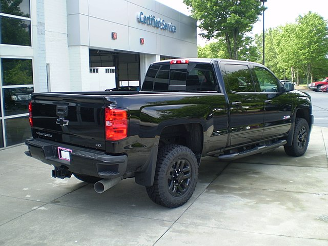 https://upload.wikimedia.org/wikipedia/commons/thumb/0/04/2018_silverado_2500hd_ltz_z71_crew_cab_standard_box_midnight_edition_%28reverse%29.jpg/640px-2018_silverado_2500hd_ltz_z71_crew_cab_standard_box_midnight_edition_%28reverse%29.jpg