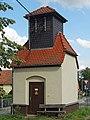 2019-07-21 Medingen (Ottendorf-Okrilla)-Dorfstraße, denkmalgeschütztes Transformatorenhäuschen (Umspannstation) mit schieferverkleideten Turm.jpg