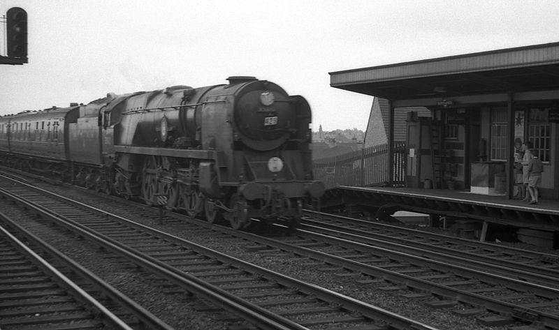File:35013 Blue Funnel at Berrylands station.jpg
