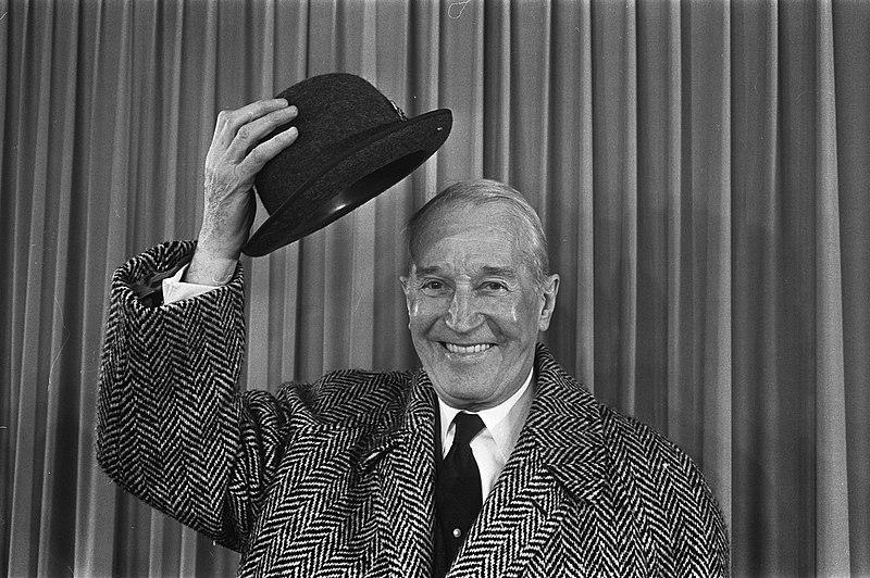 File:Aankomst Maurice Chevalier op Schiphol, Maurice Chevalier tijdens persconferenti, Bestanddeelnr 921-0562.jpg
