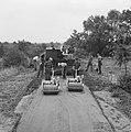 Aanleg en verbeteren van wegen, dijken en spaarbekken, landbouwwegen, gebitumeer, Bestanddeelnr 161-0782.jpg