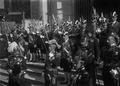 Abertura das Cortes, a Guarda Real dos Archeiros aguardando a chegada de D. Manuel II (1908-04-29) - Joshua Benoliel.png