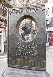 Photographie en couleur d'un grand mémorial en bronze en forme de livre