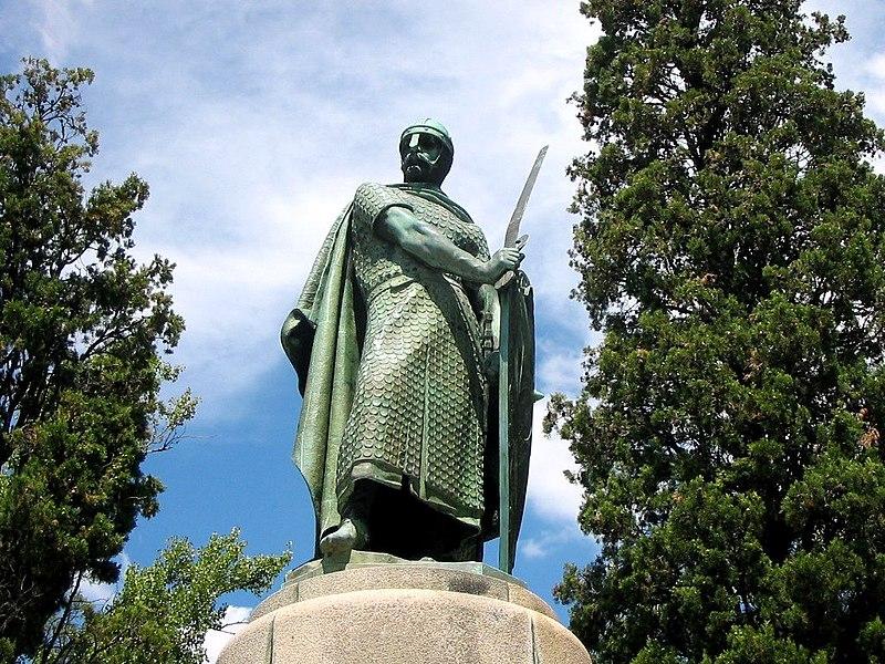 Archivo:Alfonso Enriquez escultura Guimaraes.JPG