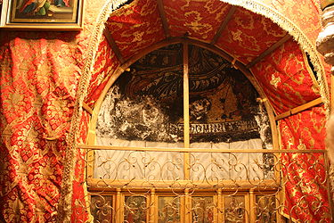Altar in the Grotto of the Nativity 2010 4.jpg