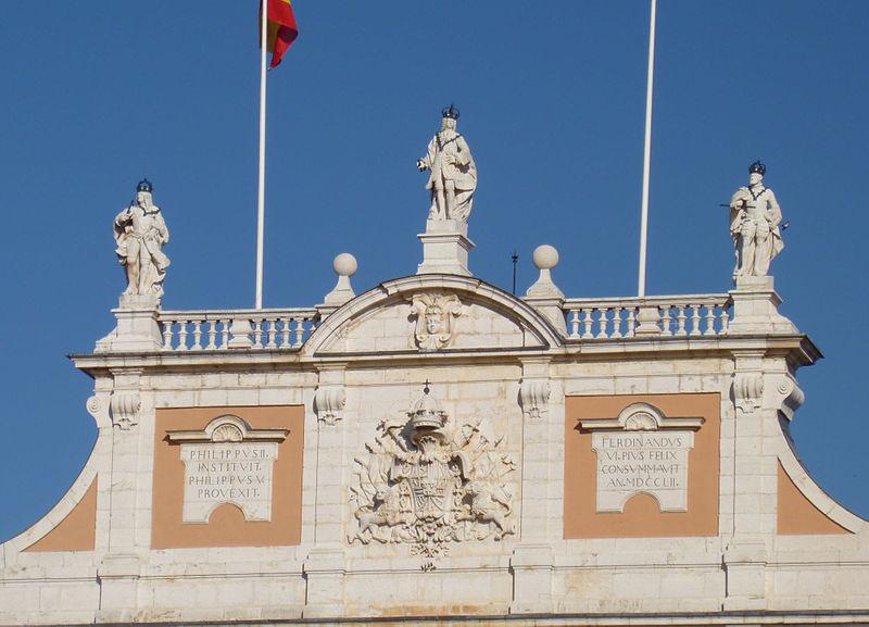 http://upload.wikimedia.org/wikipedia/commons/thumb/0/04/Aranjuez_PalacioReal_Detalle1.jpg/800px-Aranjuez_PalacioReal_Detalle1.jpg