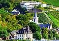Assmannshausen - Die Heilig-Kreuz-Kirche aus dem 14. Jahrhundert vor der Nikolausschule - panoramio.jpg