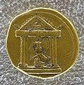 Augusto, aureo con tempio e trofeo.JPG